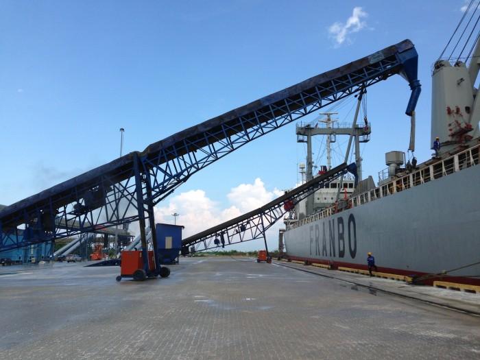 ビンツル港での船積み